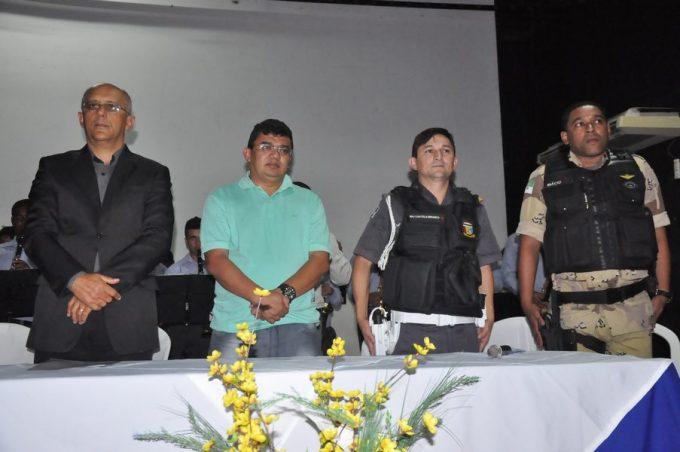 Mesa diretiva composta por autoridades