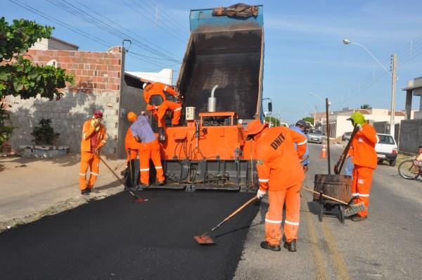Homens e Maquinas Trabalhando a todo Vapor nas ruas de Macau