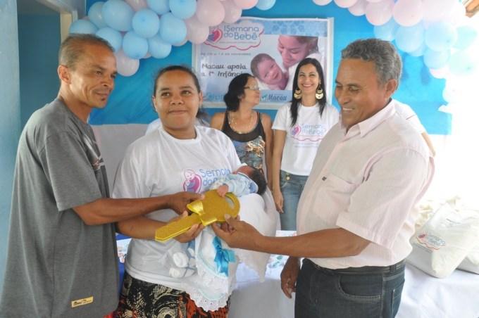 Vereador Lampião fazendo entrega das chaves da cidade ao Bebê Prefeito