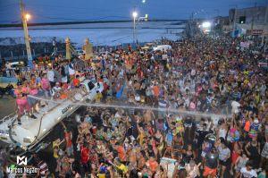 60 mil foliões noMela-Melae o prefeito Tulio Lemos mede nas ruas a aprovação popular da festa