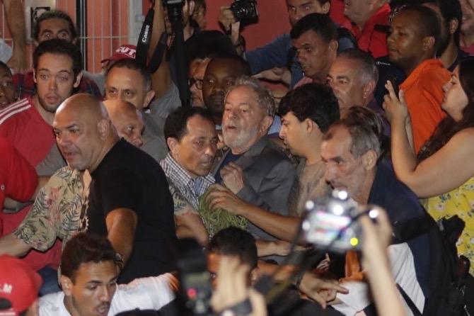Hasil gambar untuk Brazil's former president Lula da Silva in police custody after tense showdown