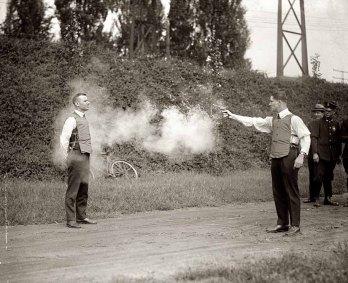 W.H. Murphy demonstrând eficacitatea vestei sale anti-glonț - 1921