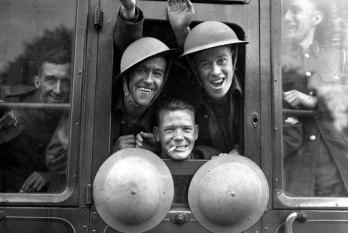 Soldați britani plecând spre război - 1939