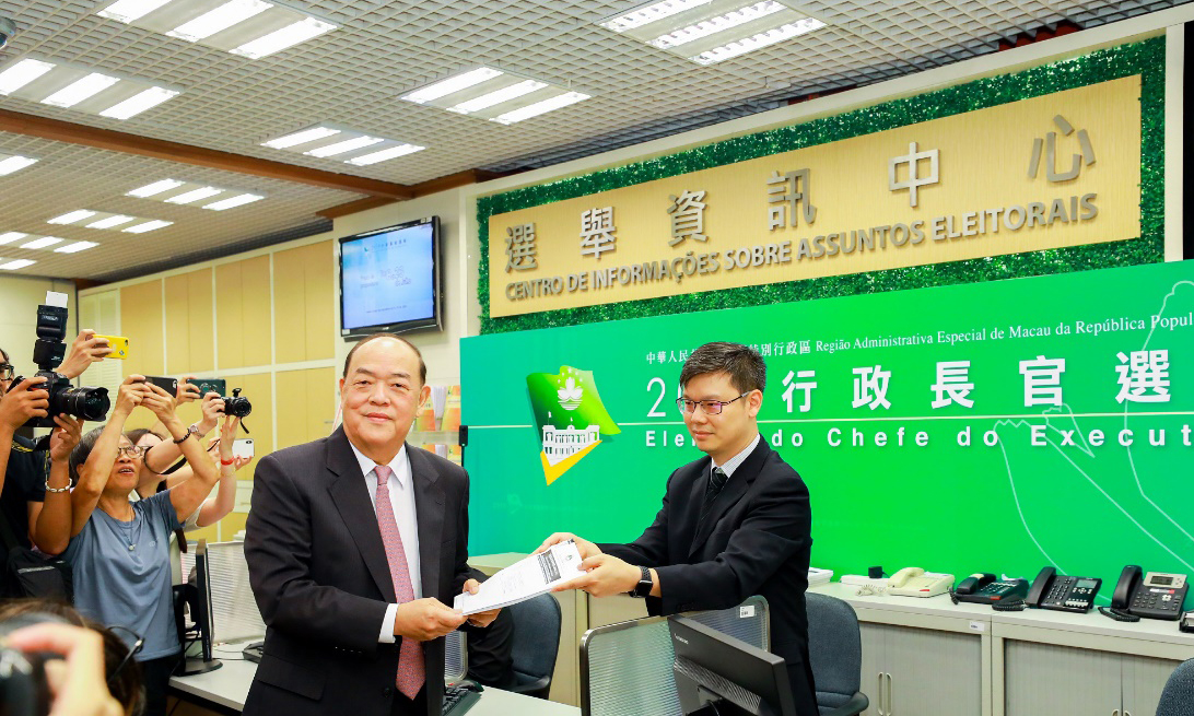 Ho and 2 other Chief Executive pre-candidates pick up nomination forms