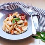 pasta fredda con feta, pomodorini, olive e menta
