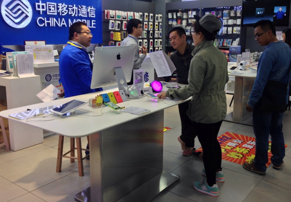 Apple iPhones and iPads on sale at China Mobile store