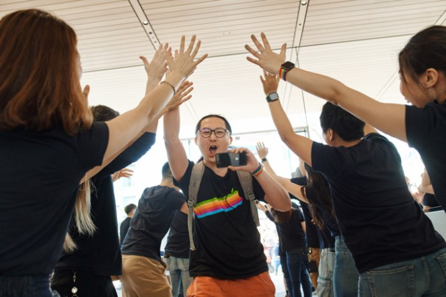 Customers and Apple team members celebrate the opening of Apple Xinyi A13 in Taipei.