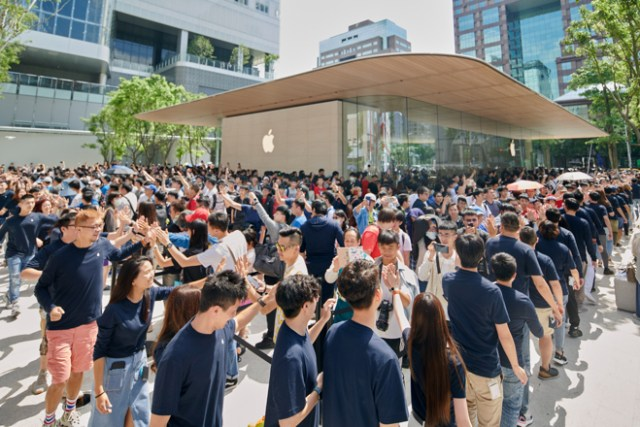 Thousands of customers queue outside of Apple Xinyi A13 in the heart of Taipei to be among the first to visit the new store.