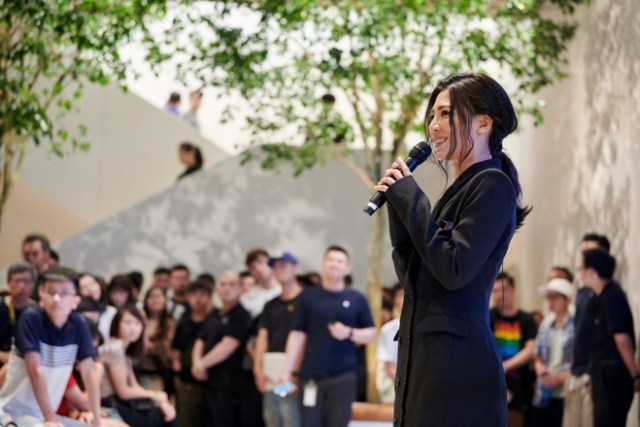 Singer Eve Ai performs at Apple Xinyi A13 on opening day.