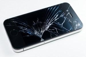 Apple offers onsite repair: iPhone cracked display