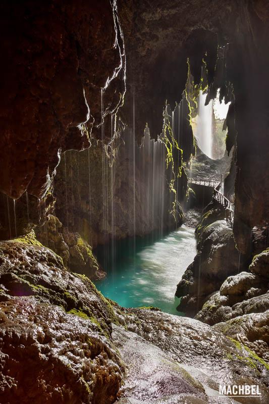 En las profundidades de la tierra Monasterio de Piedra 10 lugares naturales de España que todos deberíamos conocer