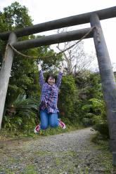 南洲神社鳥居ジャンプ写真