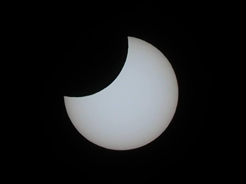 部分日食で太陽が欠けた様子です。