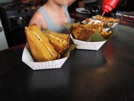 De los estándartes en la Ventanita son emparedados, hamburguesas y choripanes