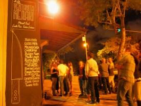 Son típicas las filas de veinte personas, aun pasada la media noche, y la energía no disminuye. La música sigue, el fuego sigue, la comida sigue.