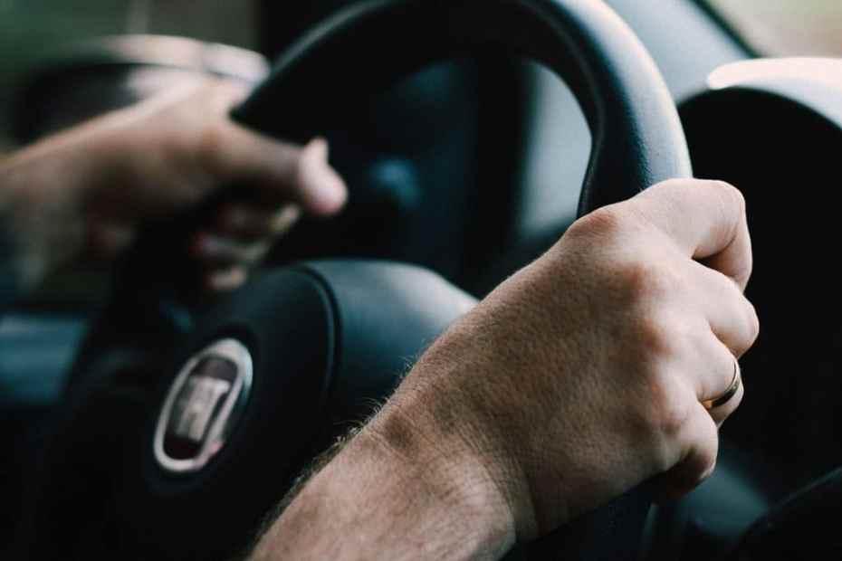 mãos segurando volante