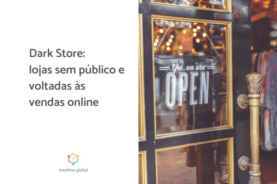 Porta de vidro de uma loja, há uma mensagem adesivada escrito: yes, we are open. Ao lado está escrito, dark store: lojas sem público e voltadas às vendas online
