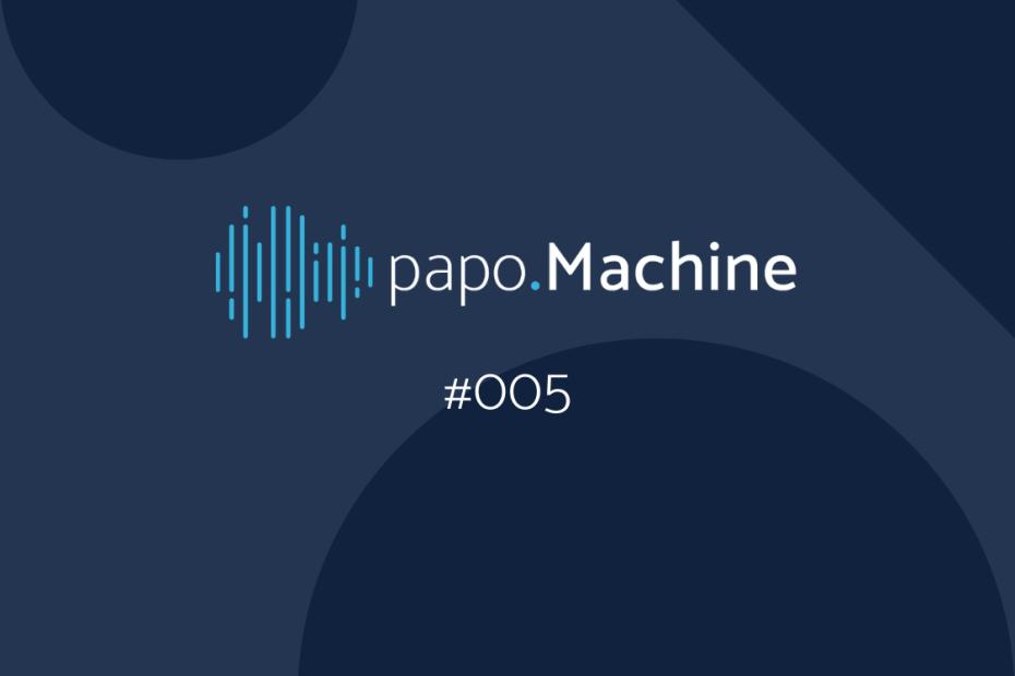 fundo azul com formas círculos no fundo e linhas de audio com papo machine e #005 escrito