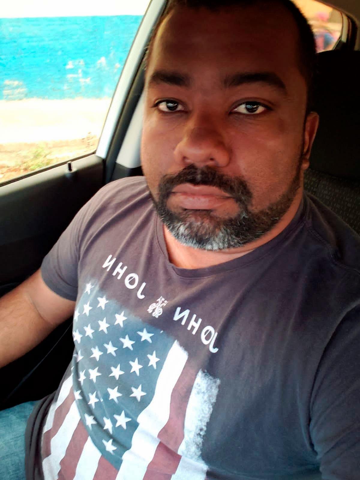 Foto de um homem dentro do carro