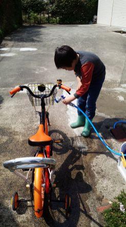 天気が良くて、自転車を洗車し始めた息子。水遊び、気持ちいいよね~ (関岡・女性)