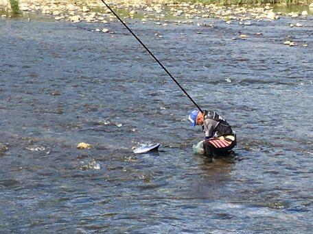 第1回やまつり鮎釣り大会の様子。この方は山形県からわざわざのご参加だそう。ありがたや~(小田川・男性)