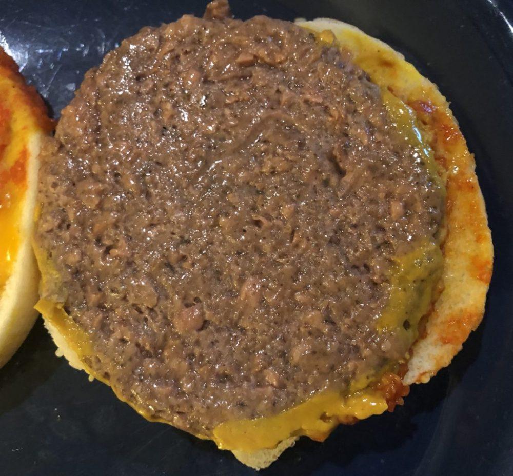 Kratz man Soße und Belag von dem Fleischersatz-Bratling, schmeckt er nach nichts.
