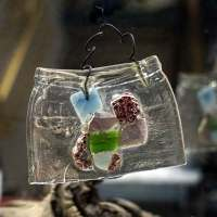Ein altes Gurkenglas geschmolzen