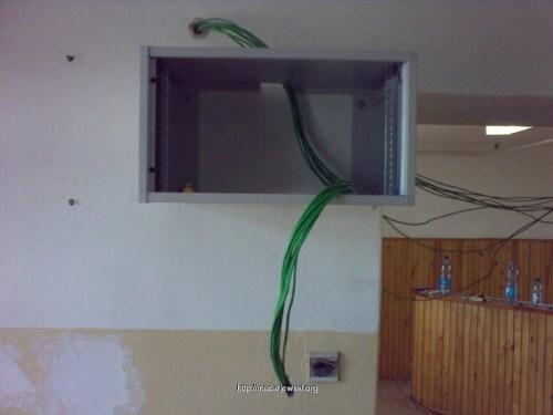 Aby przełożyć nad tą rurą musiałem cofnąć wszystkie kable z szafy i ponownie je wprowadzić :/
