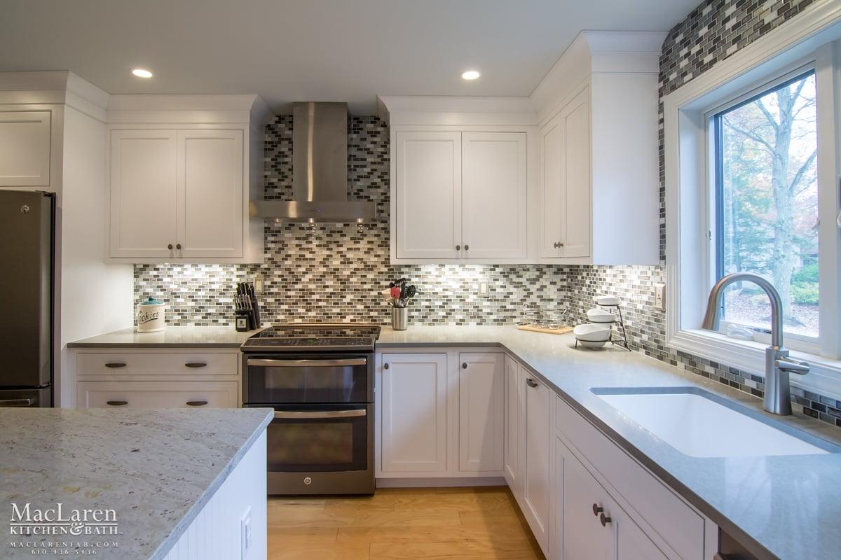 Kitchen Backsplash With Wood Cabinets
