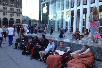 Fila para comprar o iPhone 5, em Nova York