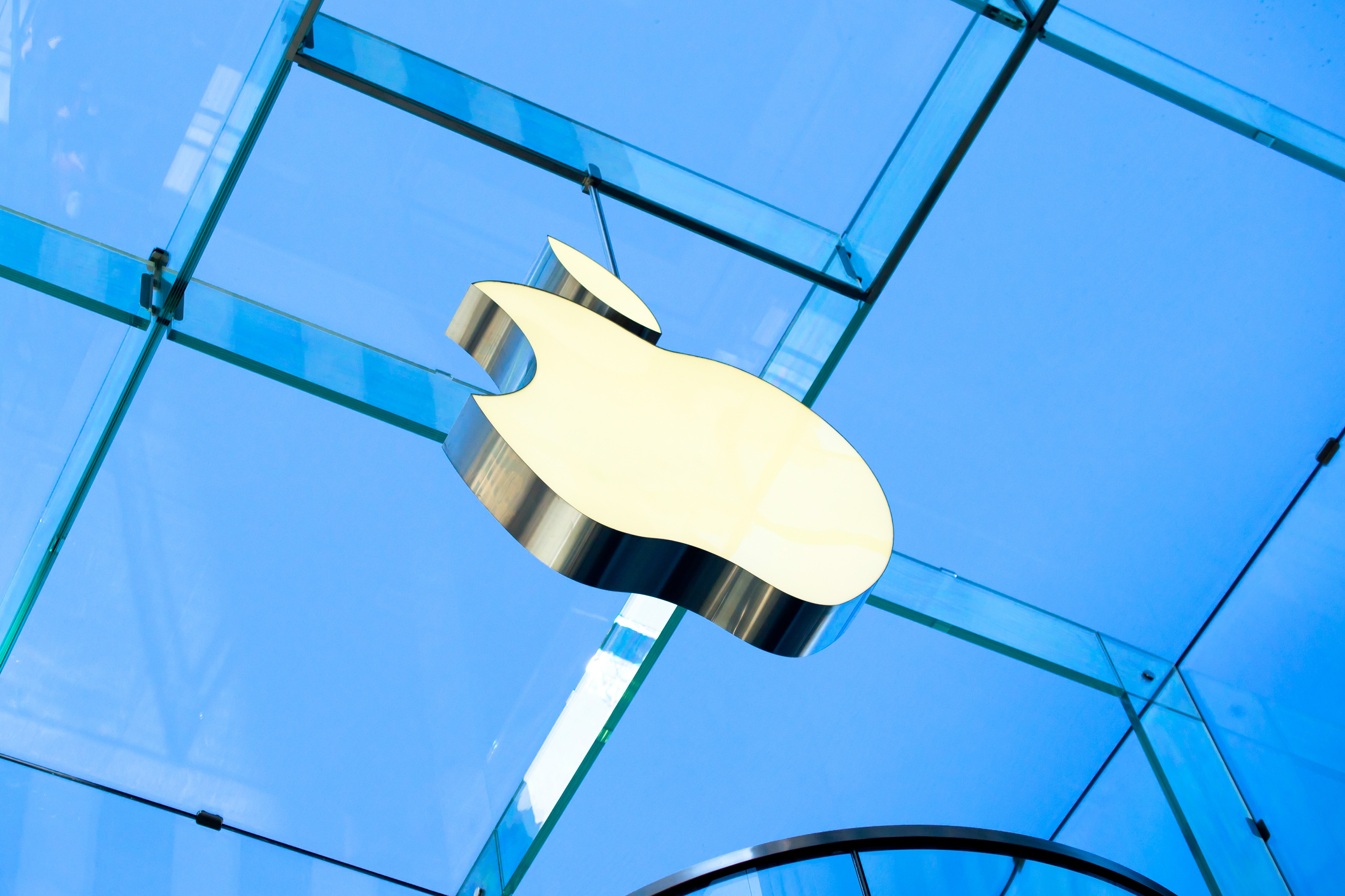 Logo da Apple visto de baixo numa loja