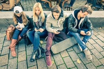 Grupo de hipsters mexendo em seus smartphones