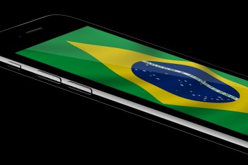 iPhone 7 jet black com a bandeira do Brasil (by MacMagazine)