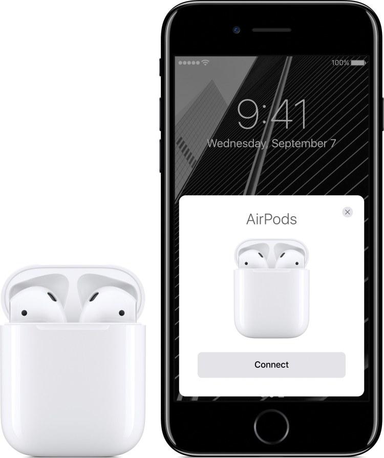 AirPods na caixinha ao lado de iPhone 7 com tela de emparelhamento