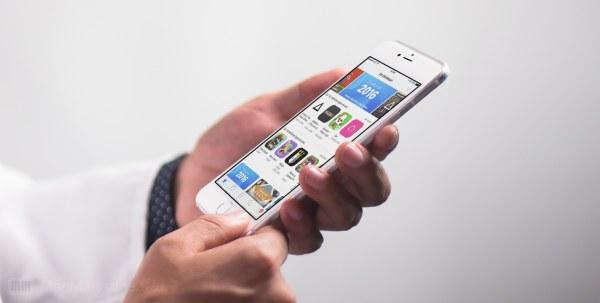 App Store num iPhone segurado por mãos