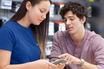 Cliente sendo atendido em uma Apple Store