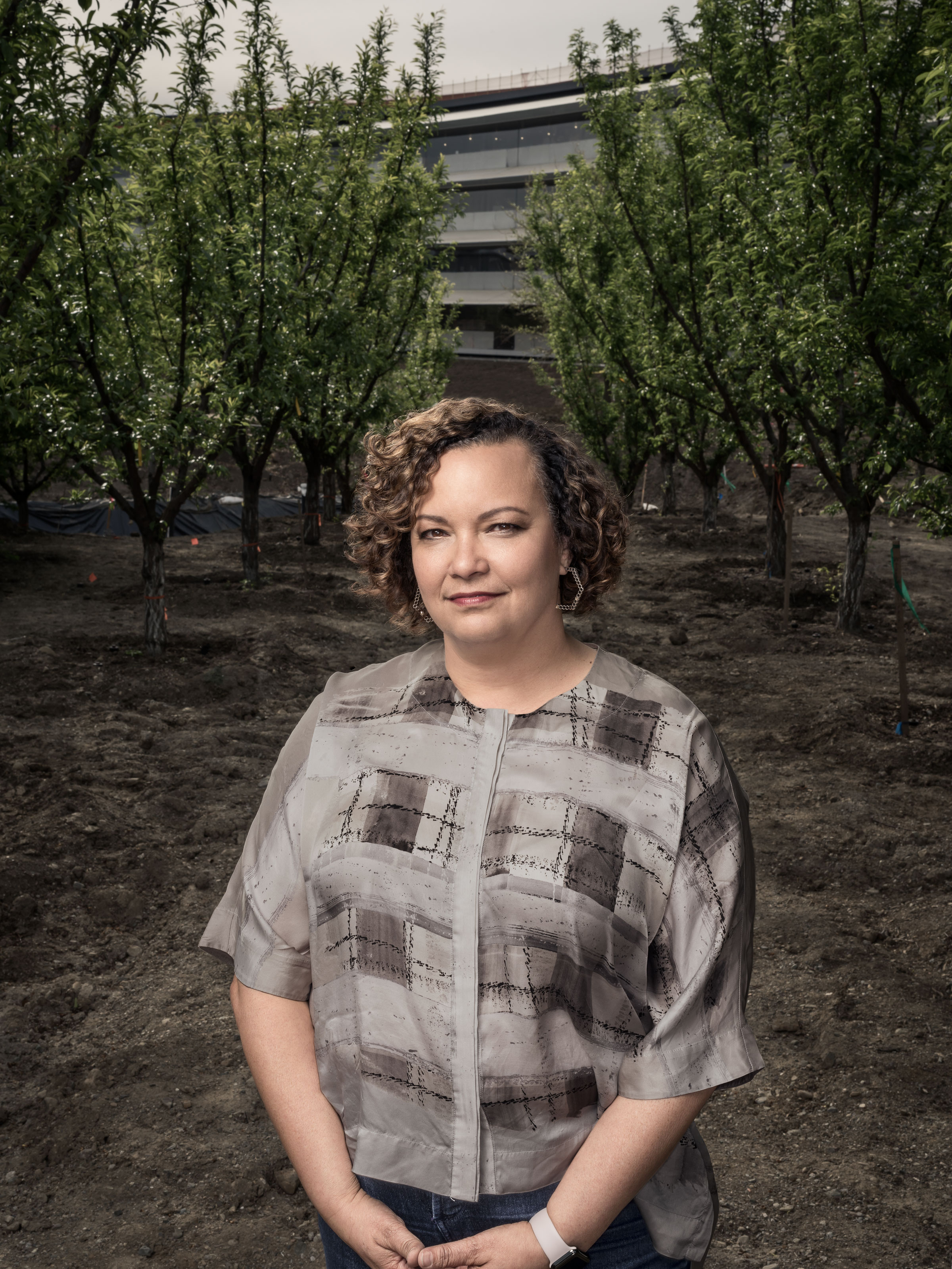 Lisa Jackson entre árvores do Apple Park