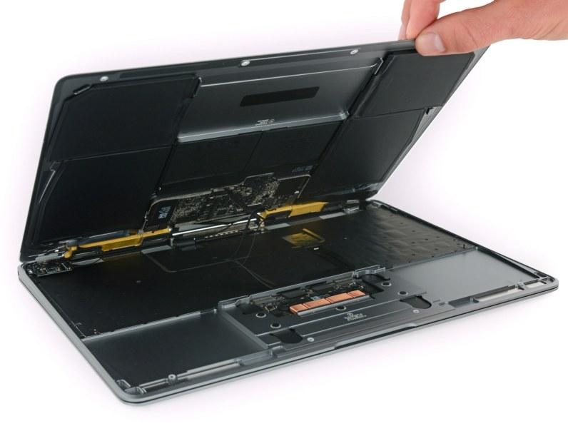 MacBook de 2017 desmontado pela iFixit