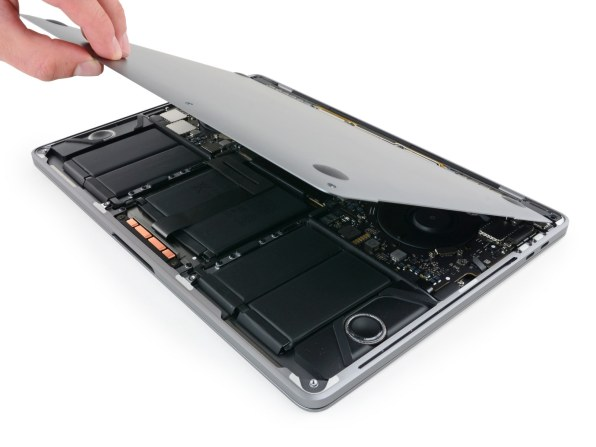 "MacBook Pro de 13"" de 2017 desmontado pela iFixit"