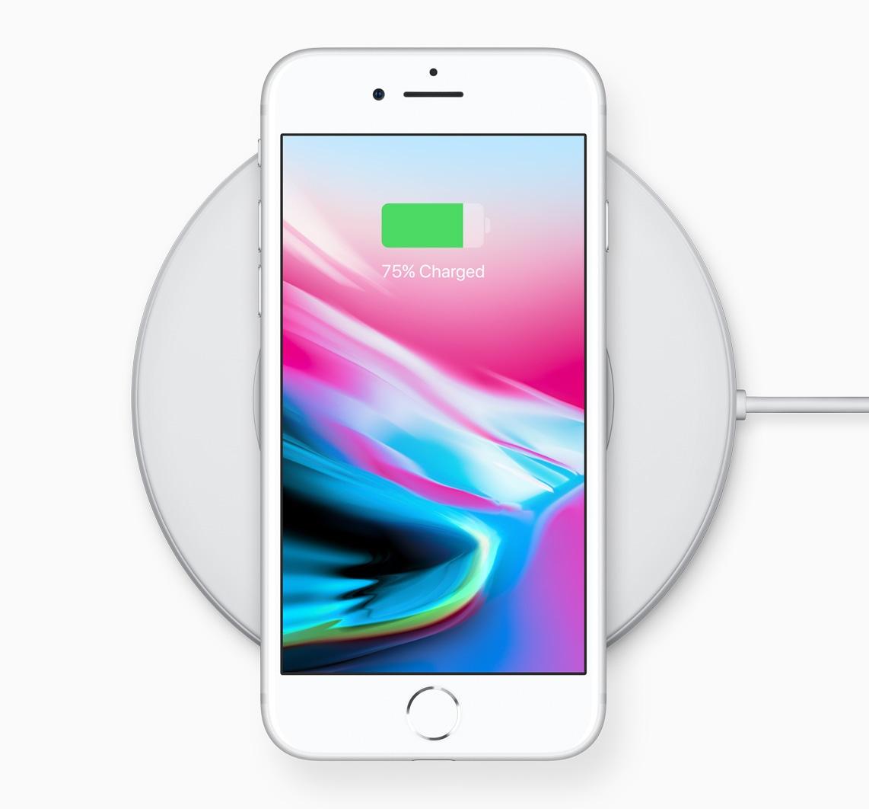 iPhone 8 recarregando sem fio numa base branca genérica