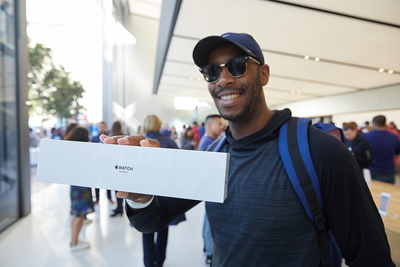 Consumidor comprando Apple Watch Series 3 em Apple Store