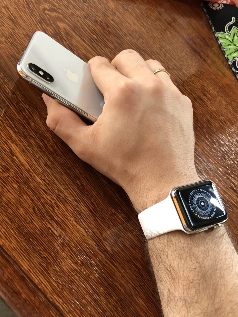 Apple Watch no braço com iPhone X