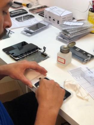 iPhone sendo reparado na iCaiu