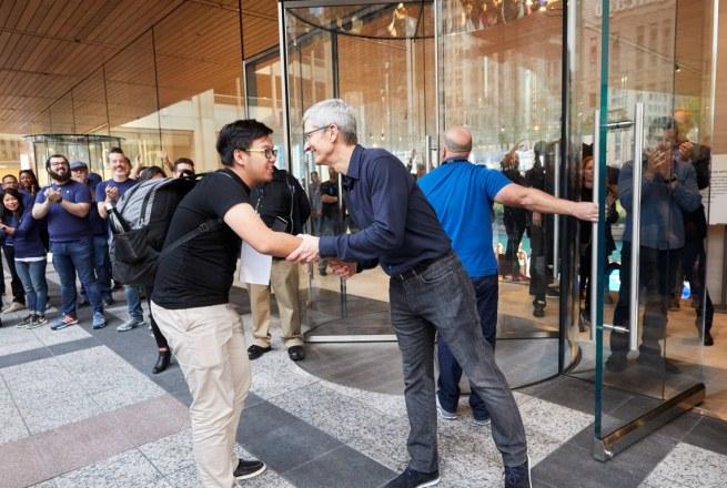 Executivos da Apple na inauguração da Apple Michigan Avenue em Chicago