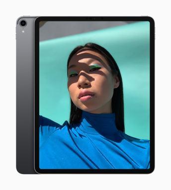 iPad Pro de pé com outra unidade de costas do lado