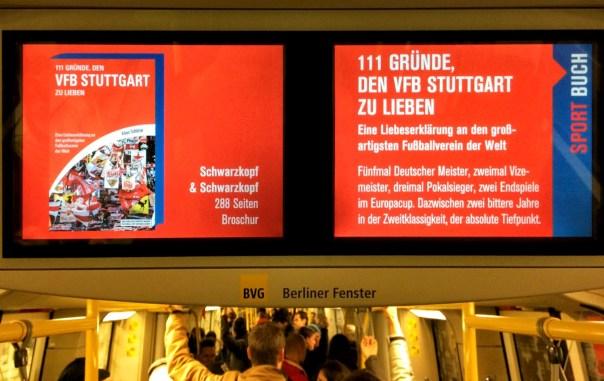 In der Berliner U-Bahn wird ein Fanbuch für den VfB Stuttgart beworben.