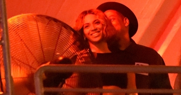 Beyonce-Jay-Z-At-Made-In-America-Festival-2-580x435