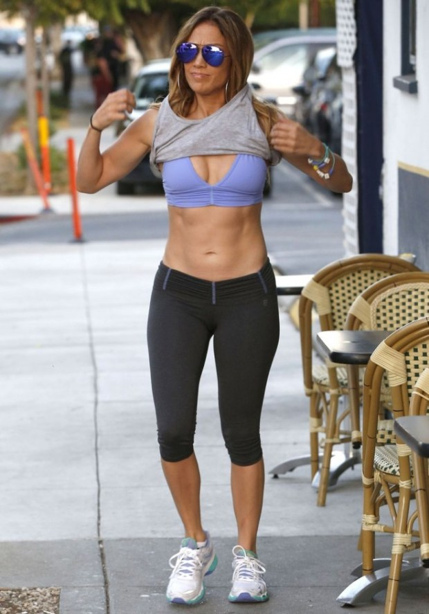 PAY-Jennifer-Lopez-showing-off-her-toned-abs (4)