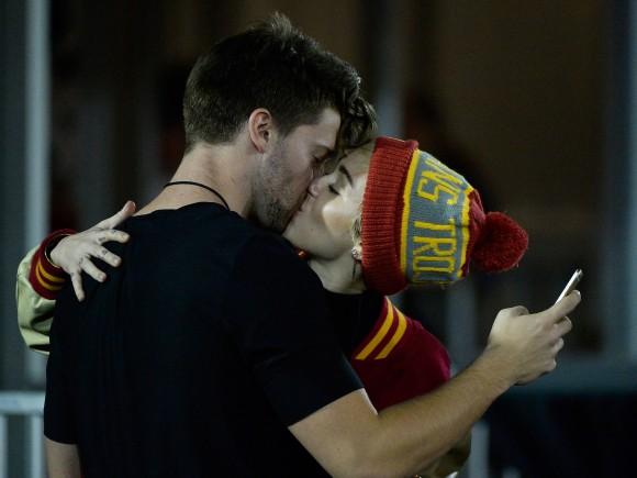 Miley-Cyrus-Kisses-Patrick-Schwarzenegger-1-580x435