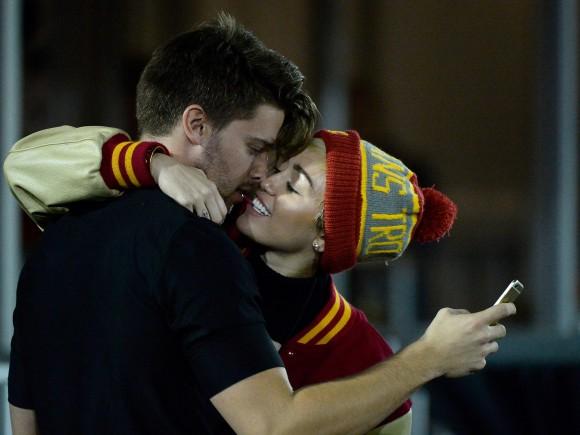 Miley-Cyrus-Kisses-Patrick-Schwarzenegger-4-580x435
